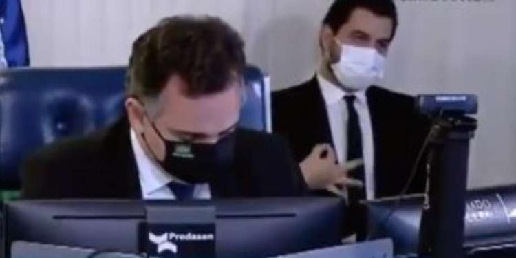 Filipe Martins faz durante fala do presidente do Senado Foto: Reprodução