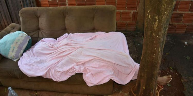 Homem foi morto no sofá - Crédito: Maracaju Speed