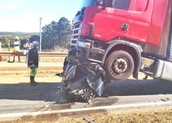 Carro é totalmente amassado em engavetamento na Fernão Dias (foto: Reprodução/Redes sociais)