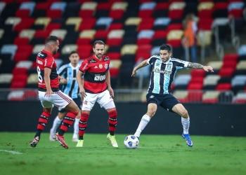 Thiago Maia e Everton Ribeiro tiveram grande atuação diante do Grêmio — Foto: Lucas Uebel