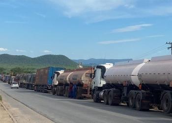 Congestionamento de caminhões prejudica tráfego na fronteira entre os dois países - Fotos: Anderson Gallo/Diário Corumbaense
