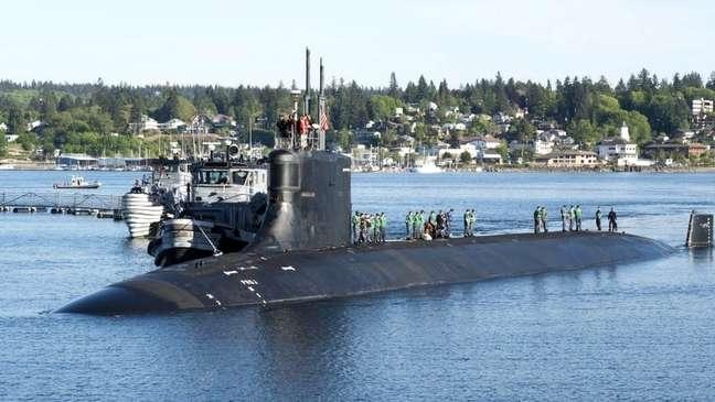 O submarino nuclear USS Connecticut fotografado deixando um porto em 2018 Foto: Getty Images